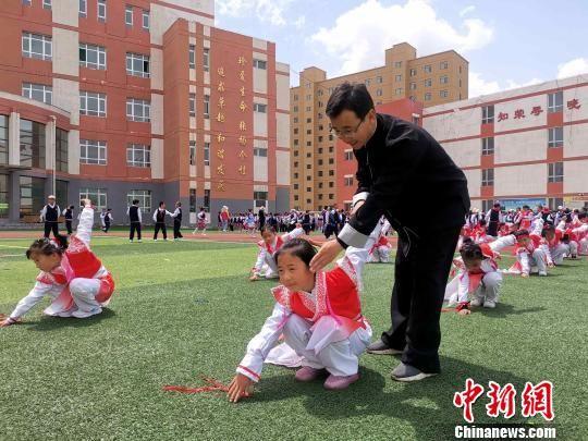 图为小学生正在上武术课。 李隽 摄