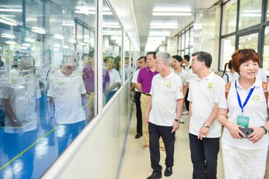 与会领导、嘉宾参观扬州完美工厂