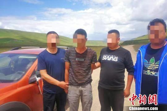 图为互助县公安局抓捕组在门源县苏吉乡扎麻图村抓获了犯罪嫌疑人魏应某。(左二为魏应某) 龚怀良 摄