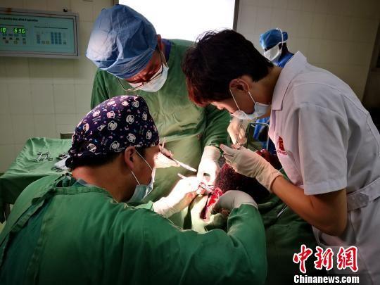 图为青海省第十九批援布隆迪医疗队开展手术。青海大学附属医院供图