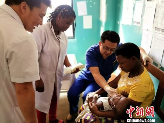 图为青海省第十九批援布隆迪医疗队检查病患身体。青海大学附属医院供图