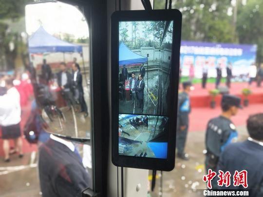 图为此次上线运营的217台纯电动公交车在安全配置上加装了倒车全景影像、电子辅助视野等。 张海雯 摄