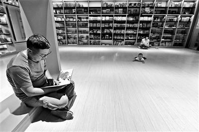 昨天傍晚,书店内挑书的顾客
