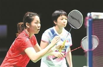 8月18日,中国选手陈清晨/贾一凡(左)在训练中。当日,参加2019年羽毛球世锦赛的中国队在瑞士巴塞尔圣雅各布体育馆进行赛前训练。比赛将于8月19日至8月25日在瑞士巴塞尔举行。新华社记者 李俊东 摄