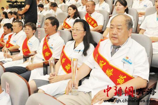 图为受表彰的医师代表 李鸿苗 摄
