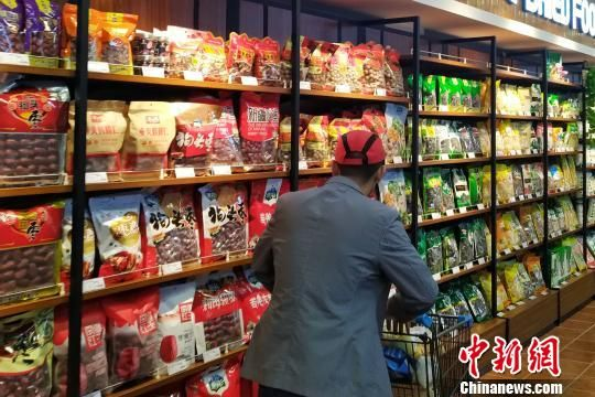 图为西宁市民在超市选购商品。(资料图) 鲁丹阳 摄