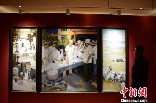 油画《一碗拉面的幸福味道》取材于青海省海东市,当地通过举办拉面技术培训班,使5万多贫困人口脱贫致富,在政府的帮扶下,海东市在全国的拉面店开到了15000多家。 鲁丹阳 摄