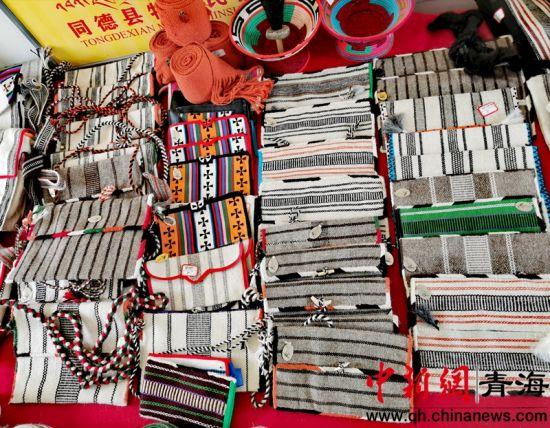 图为当地妇女已经完成的纺织手工制品。李�S 摄。