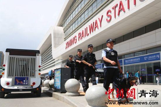 资料图为西宁铁路公安在西宁站巡逻。谢飞摄。