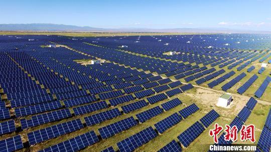青海省地处青藏高原东北部,水电资源丰富,太阳能资源得天独厚,风资源居全国前列,可用于光伏、风电建设的荒漠化土地资源丰富,是中国重要的能源接续基地。 孙睿 摄