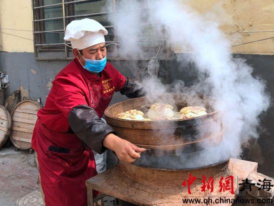 """图为西宁市城北区大堡子镇宋家寨村""""面食文化节""""活动现场。刘沛然摄。"""