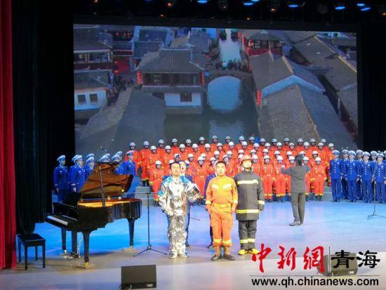 图为西宁消防救援支队表演大合唱 潘雨洁 摄