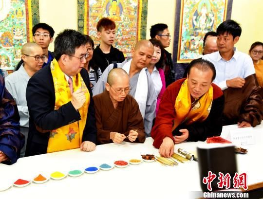 图为中国工艺美术大师娘本介绍唐卡绘画颜料、画笔。 钟欣 摄