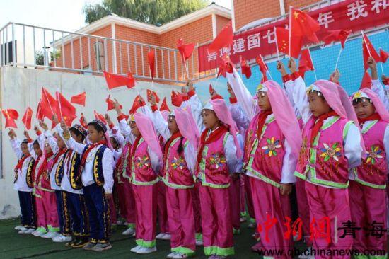 图为青海西宁南川东路小学民族团结进校园活动现场。钟欣摄。