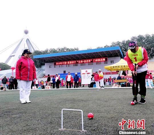 图为参赛者练习门球。 张添福 摄