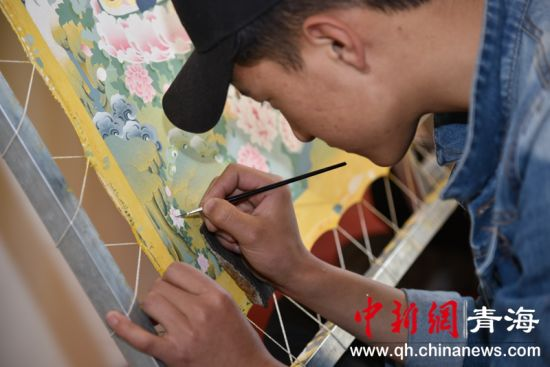 图为手艺人绘制唐卡。钟欣摄