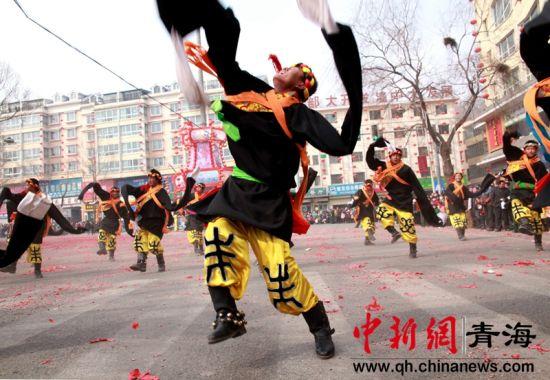 图为社火中的藏族舞蹈。钟欣摄