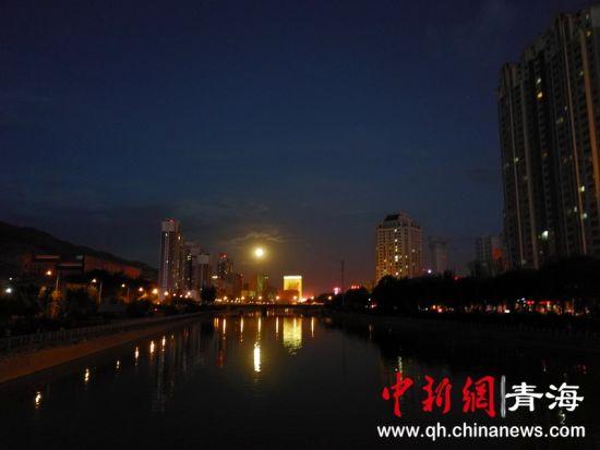 图为西宁湟水河夜景。钟欣摄
