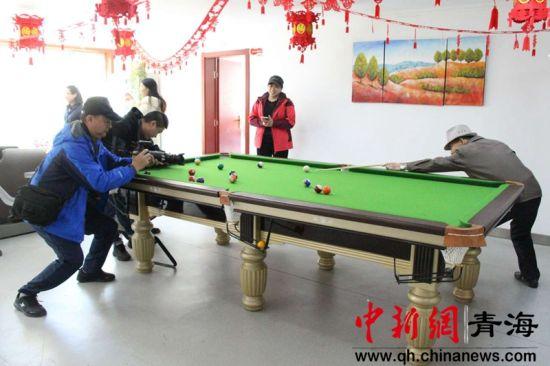 图为启幕仪式后拍客们来到西宁市城中区瑞驰社区进行拍摄。戴皎摄