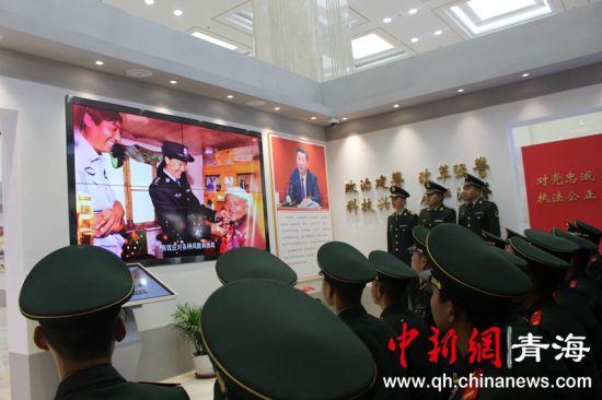 图为武警战士参观青海省公安厅警史馆。钟欣摄