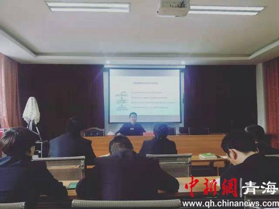 图为中国农业发展银行海南州分行邀请地方党校老师为党员讲课。钟欣摄