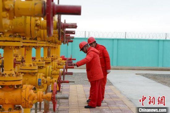 青海油田是世界上海拔最高的油气田,也是中国最早开发的油田之一。位于青海省西北部的柴达木盆地,是青海、西藏、甘肃、宁夏四省区重要产油、供气基地,平均海拔3000米左右。 孙睿 摄