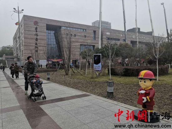 图为市民观看卡通消防玩偶 潘雨洁 摄