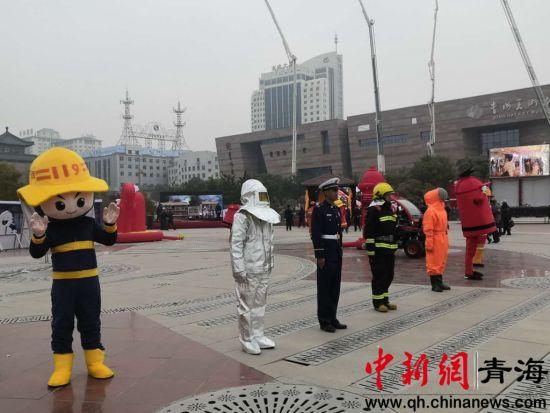 图为启动仪式上的消防人偶模型与防护服展示 潘雨洁 摄