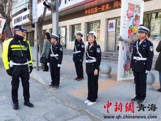 """图为""""小交警""""在执勤交警的保护下开展文明交通志愿服务活动。"""