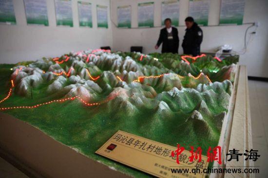 图为年扎村地形地貌沙盘中显示了牧民放牧的线路和草场示意图。胡贵龙摄