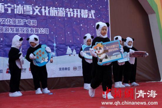 """资料图为熊猫""""萌宝""""表演走秀。罗云鹏摄。"""