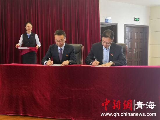 图为西宁市第三人民医院与建行青海省分行签订战略合作协议 潘雨洁 摄