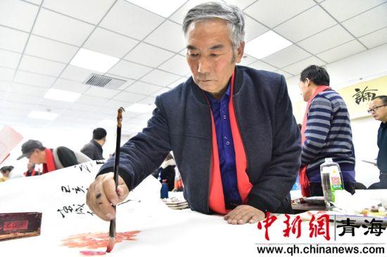 图为书画家们正在挥毫泼墨。西宁市总工会供图