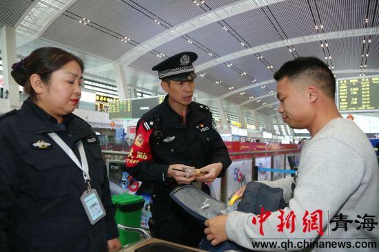 图为西宁铁路警方强化安检措施确保旅客安全出行。赵涛涛摄