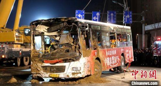 西宁路面坍塌公交车陷入大坑10人失联 已找到9具遗体