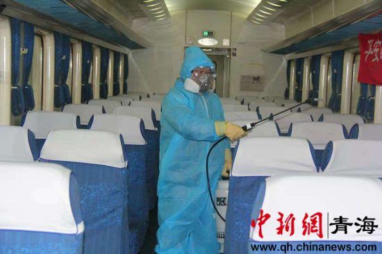 图为梁传青对列车内的座椅进行消毒。 青藏集团公司供图