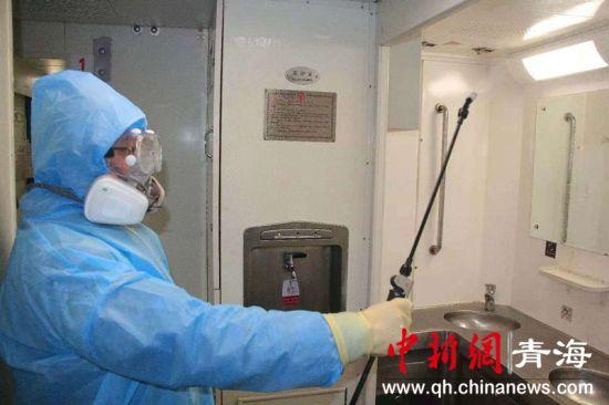 图为梁传青对列车内的洗漱台进行消毒。青藏集团公司供图