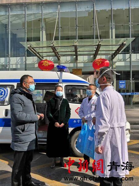 图为西宁市中医院的医护人员熬制中药,并送给一线的医护人员。钟欣 摄