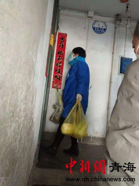 图为瑞驰社区的工作人员给隔离人员送去蔬菜、水果等食物。钟欣摄