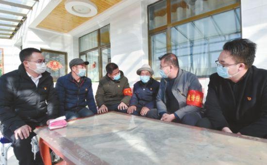 李洪占与蔡家堡乡党委、后湾村党支部负责人共同助力疫情防控阻击战。摄影:魏雅琪