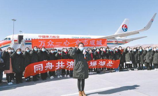 2月4日,我省向武汉派出的第二批医疗队整装待发。摄影:张地委