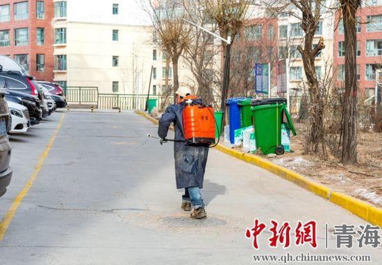 工作人(ren)�T在小�^��(na)消毒。�R海清�z