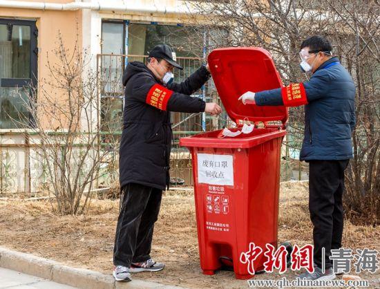 �小�^居(ji)民使用後的mu)�q址湃胱ㄓ�]hui)收桶(tong)中。�R海清�z
