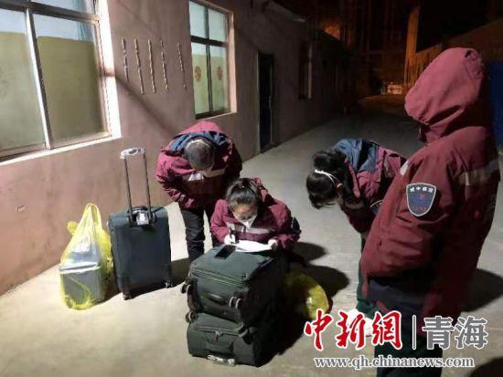 图为流调队员正在工作。城中区宣传部供图