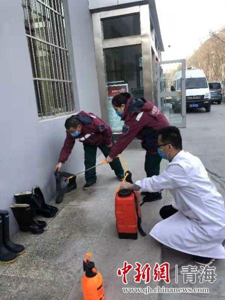 图为流调队员对流调物资进行检查消毒。城中区宣传部供图