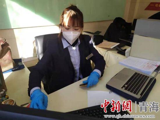 图为王玉蓉在网点远程为客户办理业务。毛雯芝摄