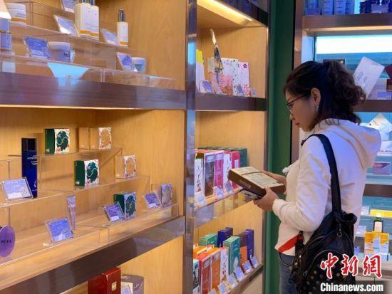 """""""十三五""""以来,随着青海省旅游人数及旅游支出都大幅增加,拉动住宿餐饮业等第三产业经营净收入增长。 孙睿 摄"""