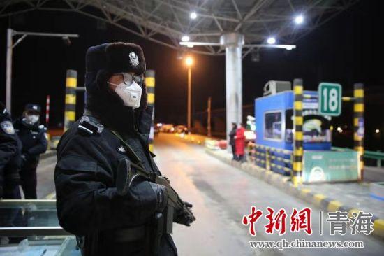 图为西宁市公安局民警坚守在抗击新冠肺炎疫情一线。西宁市公安局供图