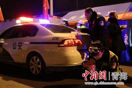 图为西宁市公安局民警吃方便面。西宁市公安局供图