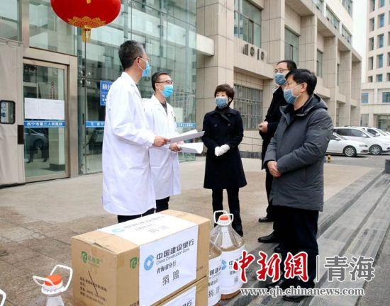图为建行青海省分行向一线医务人员捐赠N95口罩。张源津 摄